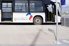 Quito, Equador - 23 de novembro de 2017: A vista exterior bonita do ônibus estacionou o passageiro de espera no sucre Mariscal Fotografia de Stock