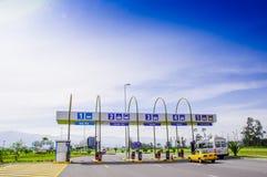Quito, Equador - 23 de novembro de 2017: Vista exterior do pedágio na entrada do aeroporto internacional do sucre Mariscal do Fotos de Stock