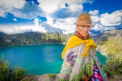 QUITO, EQUADOR - NOVEMBRO, 25 2016: Vestir nativo não identificado da mulher adulta roupa andina típica na frente do Imagens de Stock