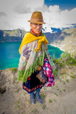 QUITO, EQUADOR - NOVEMBRO, 25 2016: Vestir nativo não identificado da mulher adulta roupa andina típica na frente do Fotos de Stock