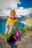 QUITO, EQUADOR - NOVEMBRO, 25 2016: Vestir nativo não identificado da mulher adulta roupa andina típica na frente do Fotos de Stock Royalty Free