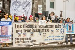 QUITO, EQUADOR, O 11 DE JANEIRO DE 2018: Povos não identificados guardando bandeiras enormes durante um protesto na plaza grandio Fotografia de Stock