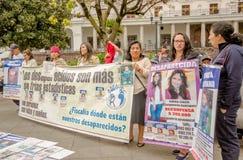 QUITO, EQUADOR, O 11 DE JANEIRO DE 2018: Povos não identificados guardando bandeiras enormes durante um protesto na plaza grandio Fotografia de Stock Royalty Free