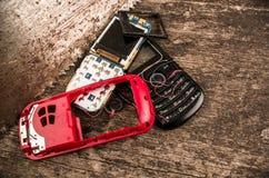 Quito, Equador, o 10 de julho de 2017: Feche acima do telefone celular móvel da primeira geração no fundo de madeira Fotografia de Stock Royalty Free