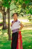 QUITO, EQUATEUR - AOÛT, 30 2017 : Jeune port indigène non identifié de femme vêtements andins typiques, se tenant dans elle Photos stock