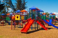 QUITO, EQUATEUR - 8 AOÛT 2016 : Le terrain de jeu public coloré domine avec des tunnels et des glissières, situés dans la La Caro Image stock