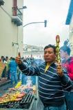 Quito, Equateur - 27 août 2015 : Équipez vendre des brochettes de barbecue dans des rues de ville pendant l'anti masse de gouvern Photographie stock libre de droits