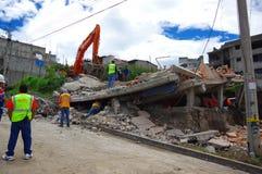 Quito, Equateur - avril, 17, 2016 : Chambre détruite par tremblement de terre avec des sauveteurs et des machines lourdes dans la Image stock