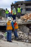 Quito, Equateur - avril, 17, 2016 : Chambre détruite par tremblement de terre avec des sauveteurs et des machines lourdes dans la Images stock