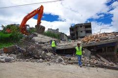 Quito, Equateur - avril, 17, 2016 : Chambre détruite par tremblement de terre avec des sauveteurs et des machines lourdes dans la Photo stock