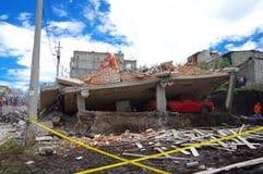 Quito, Equateur - avril, 17, 2016 : Chambre détruite par tremblement de terre avec des sauveteurs et des machines lourdes dans la Image libre de droits