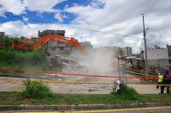 Quito, Equateur - avril, 17, 2016 : Chambre détruite par tremblement de terre avec des sauveteurs et des machines lourdes dans la Photographie stock