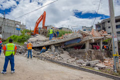 Quito, Equateur - avril, 17, 2016 : Chambre détruite par tremblement de terre avec des sauveteurs et des machines lourdes dans la Photos stock