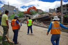 Quito, Equateur - avril, 17, 2016 : Chambre détruite par tremblement de terre avec des sauveteurs et des machines lourdes dans la Photos libres de droits