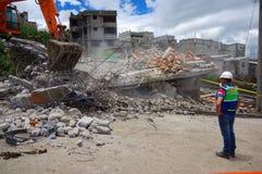 Quito, Equateur - avril, 17, 2016 : Chambre détruite par tremblement de terre, et machines lourdes nettoyant la catastrophe, avec Image stock