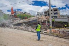 Quito, Equateur - avril, 17, 2016 : Chambre détruite par tremblement de terre, et machines lourdes nettoyant la catastrophe, avec Image libre de droits