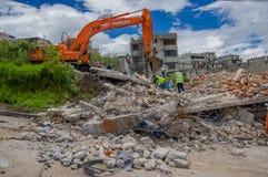 Quito, Equateur - avril, 17, 2016 : Chambre détruite par tremblement de terre, et machines lourdes nettoyant la catastrophe dans  Photographie stock