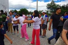 Quito, Equateur - avril, 17, 2016 : Citoyens non identifiés de Quito fournissant la nourriture de secours en cas de catastrophe,  Image stock