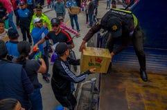 Quito, Equateur - avril, 17, 2016 : Citoyens non identifiés de Quito fournissant la nourriture de secours en cas de catastrophe,  Images libres de droits
