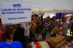 Quito, Equateur - avril, 17, 2016 : Citoyens non identifiés de Quito fournissant à la nourriture, aux vêtements, à la médecine et Photos stock