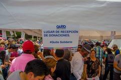 Quito, Equateur - avril, 17, 2016 : Citoyens non identifiés de Quito fournissant à la nourriture, aux vêtements, à la médecine et Image stock