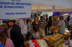 Quito, Equateur - avril, 17, 2016 : Citoyens non identifiés de Quito fournissant à la nourriture, aux vêtements, à la médecine et Photo stock