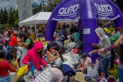 Quito, Equateur - avril, 17, 2016 : Citoyens non identifiés de Quito fournissant la nourriture de secours en cas de catastrophe,  Photographie stock libre de droits