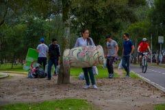 Quito, Equateur - avril, 17, 2016 : Citoyens non identifiés de Quito fournissant la nourriture, les vêtements, la médecine et l'e Photographie stock