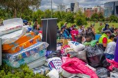 Quito, Equateur - avril, 17, 2016 : Citoyens non identifiés de Quito fournissant la nourriture, les vêtements, la médecine et l'e Photo stock