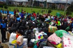 Quito, Equateur - avril, 17, 2016 : Citoyens non identifiés de Quito fournissant la nourriture, les vêtements, la médecine et l'e Images libres de droits