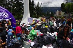Quito, Equateur - avril, 17, 2016 : Citoyens non identifiés de Quito fournissant la nourriture, les vêtements, la médecine et l'e Image libre de droits