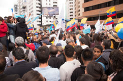Quito, Equateur - 7 avril 2016 : Foule des personnes avec l'ecuadorian et les drapeaux blancs soutenant le candidat présidentiel Photographie stock
