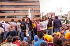 Quito, Equateur - 7 avril 2016 : Foule des personnes avec l'ecuadorian et les drapeaux blancs soutenant le candidat présidentiel Images stock