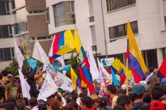 Quito, Equateur - 7 avril 2016 : Foule des personnes avec l'ecuadorian et les drapeaux blancs soutenant le candidat présidentiel Photo stock