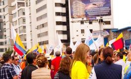 Quito, Equateur - 7 avril 2016 : Foule des personnes non identifiées avec l'ecuadorian et les drapeaux blancs soutenant le présid Photo libre de droits