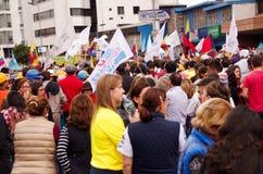 Quito, Equateur - 7 avril 2016 : Foule des personnes non identifiées avec l'ecuadorian et les drapeaux blancs soutenant le présid Photos stock