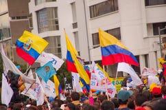 Quito, Equateur - 7 avril 2016 : Foule des personnes non identifiées avec l'ecuadorian et les drapeaux blancs soutenant le présid Photo stock