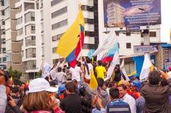 Quito, Equateur - 7 avril 2016 : Foule des personnes non identifiées avec l'ecuadorian et les drapeaux blancs soutenant le présid Images libres de droits