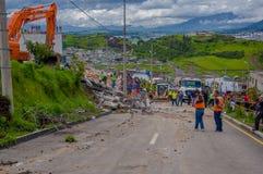 Quito, Equateur - avril, 17, 2016 : Foule des personnes regardant la maison détruite par tremblement de terre avec des sauveteurs Photos stock