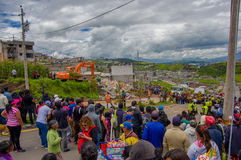 Quito, Equateur - avril, 17, 2016 : Foule des personnes regardant la maison détruite par tremblement de terre, et machines lourde Photos libres de droits