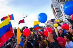 Quito, Equateur - 7 avril 2016 : Groupe de personnes tenant des signes de protestation, des ballons avec la police et des journal Photos stock