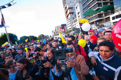 Quito, Equateur - 7 avril 2016 : Groupe de personnes tenant des signes de protestation, des ballons avec la police et des journal Image libre de droits