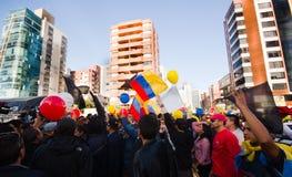 Quito, Equateur - 7 avril 2016 : Groupe de personnes tenant des signes de protestation, des ballons avec la police et des journal Photographie stock