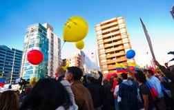 Quito, Equateur - 7 avril 2016 : Groupe de personnes tenant des signes de protestation, des ballons avec la police et des journal Photo libre de droits