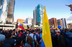 Quito, Equateur - 7 avril 2016 : Groupe de personnes tenant des signes de protestation, des ballons avec la police et des journal Photos libres de droits