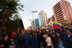 Quito, Equateur - 7 avril 2016 : Groupe de personnes tenant des signes de protestation, des ballons avec la police et des journal Photographie stock libre de droits