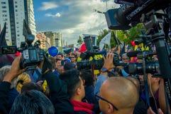 Quito, Equateur - 7 avril 2016 : Le Chef d'opposition de plan rapproché Andres Paez entouré par les personnes, la police et les j Image stock