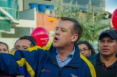 Quito, Equateur - 7 avril 2016 : Le Chef d'opposition de plan rapproché Andres Paez entouré par les personnes, la police et les j Photographie stock libre de droits