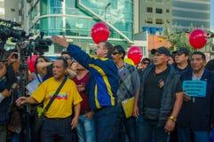 Quito, Equateur - 7 avril 2016 : Le Chef d'opposition de plan rapproché Andres Paez entouré par les personnes, la police et les j Images libres de droits