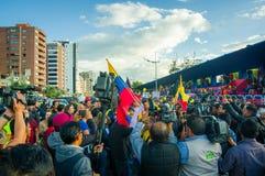 Quito, Equateur - 7 avril 2016 : Le Chef d'opposition de plan rapproché Andres Paez entouré par les personnes, la police et les j Photos stock